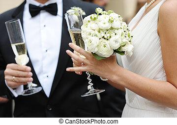 bruid, bruidegom, champagne, vasthoudende glazen