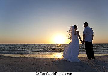 getrouwd, &, paar, bruidegom, bruid, ondergaande zon , trouwfeest, strand