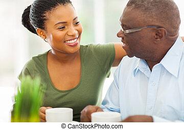 koffie, zijn, bejaarden, granddaughteer, amerikaan, afrikaan, thuis, het glimlachen, het genieten van, man