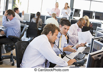 traders, werkende, liggen, kantoor, aanzicht