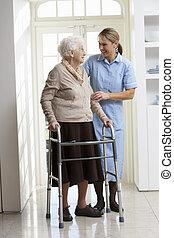wandelende, vrouw, carer, frame, bejaarden, portie, gebruik, senior